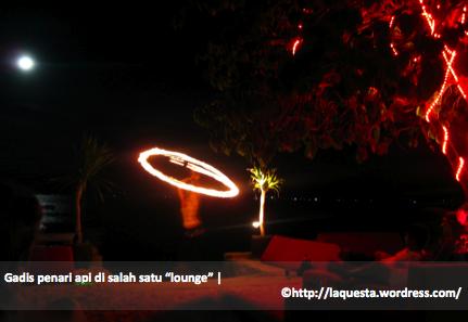 Gadis penari api di sebuah lounge di pinggir pantai